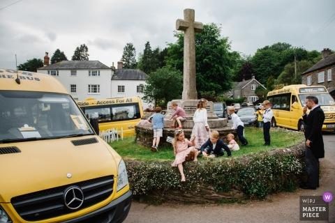 Huwelijksfotojournalistiek bij de ontvangst van Engeland met kinderen en de buiten van de taxipendelbusjes