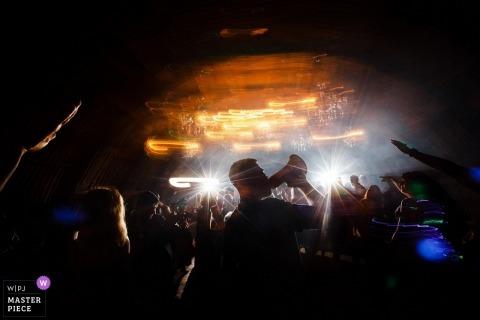 Documentaire huwelijksfotografie bij de ontvangst van Engeland met megafoon en lichten bij het feest