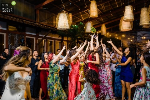 Documentary wedding photography of bouquet toss at Espaço Província - Nova Lima - MG - Brazil