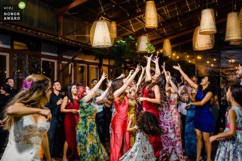 Dokumentarische Hochzeitsfotografie von Bouquet werfen in Espaço Província - Nova Lima - MG - Brasilien