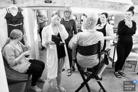Mythe schuur, Atherstone, UK trouwdag fotografie van de meisjes zich klaar maken.