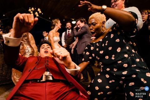 Johnny Shryock, aus Virginia, ist ein Hochzeitsfotograf für Shenandoah Woods, Luray, VA