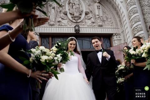 Yakima, WA foto fotogiornalismo matrimonio di una coppia che cammina giù per le scale della chiesa dopo la cerimonia