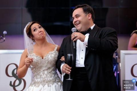Foto dell'università di Loyola della sposa e dello sposo durante i pani tostati di ricezione di nozze.