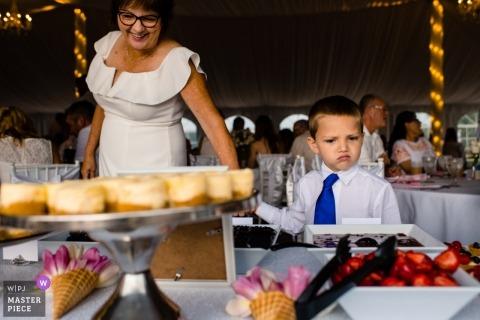 De dessertbar uitchecken bij deze huwelijksreceptie in Wisconsin Dells
