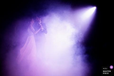 Chateau de la Fresnay,昂熱與一對夫婦在紫色燈下跳舞的婚禮照片