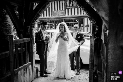 Catherine Hill, de Kent, es un fotógrafo de bodas para Chiddingstone Church, Chiddingstone, Kent Reino Unido