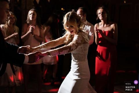 Dokumentarische Hochzeitsfotografie in Polen, Danziger Empfang von Braut und Gästen in Rot