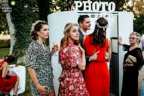 PACA-Dokumentarfilm-Hochzeitsbilder von Gästen außerhalb des Fotoautomaten an der Rezeption