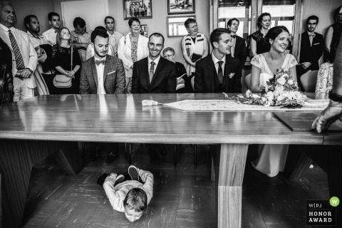 Vosges huwelijksceremonie schieten met een paar en jongen spelen onder hun tafel