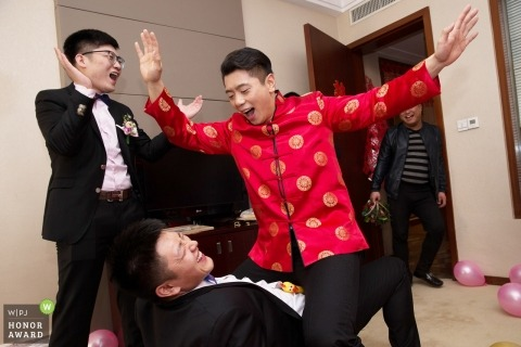 Beijing documentary wedding photo of the groomsmen playing Chinese door games
