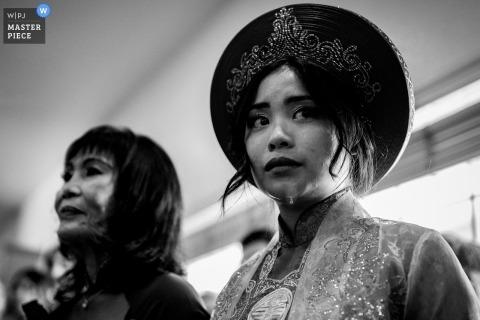 Sacramento dokumentalne zdjęcie ślubne panny młodej z Azji i tradycyjnego stroju ślubnego ze łzami spływającymi po jej twarzy