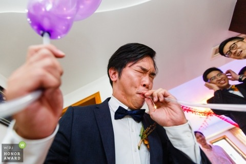 Trouwfotojournalistiek bij Tianjin | Grossman blaast ballonnen op als onderdeel van de pre-bruiloftspellen