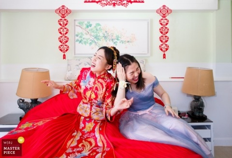 Wedding pictures by Tianjin photographer of the girls having fun before China ceremony