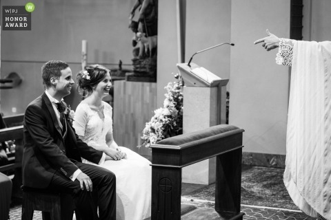 Picture of a couple during church ceremony by a Gordola (CH) wedding photographer