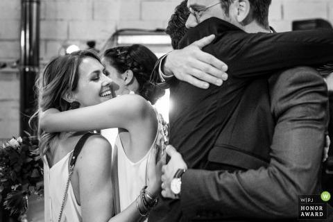 aix en provence documentaire huwelijksfoto van meisjes en jongens knuffelen in de kerk