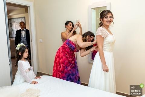 Ślubna sesja zdjęciowa w Sicilia panny młodej, szykując się i pomóc w sukni