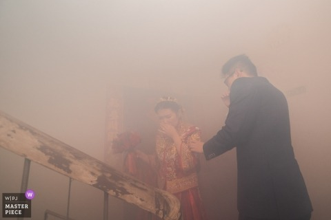 Fujian couple brave the smoke during their wedding