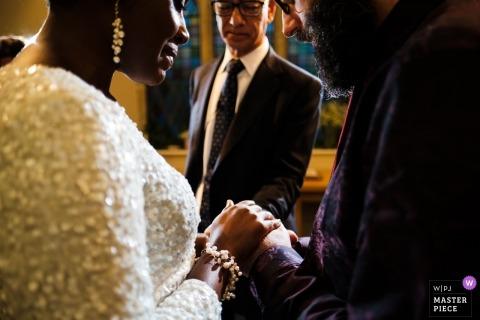 Hochzeitstrieb mit London-Paaren während der Ringzeremonie in Großbritannien