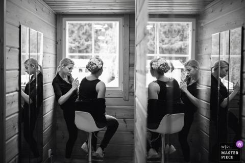 Dokumentarfilmhochzeitsphotographie bei Hirvilampi Turku Finnland, die Partei der Braut mit Spiegeln fertig wird