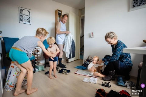 tilburg documentary wedding photo of a family dressing before wedding ceremony
