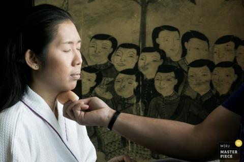 Khon Kaen, Tajlandia panna młoda dostaje makijaż na zdjęcia ślubne.