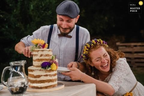 Sofia couple lors de la réception de leur mariage en Bulgarie comme le rire lors de la coupe du gâteau
