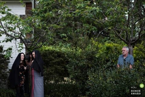 Dokumentarische Hochzeitsfotografie von Gästen an einer Victoria - AU - Rezeption