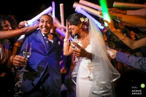 Syracuse ślubny strzelać z parą otaczającą gości weselnych