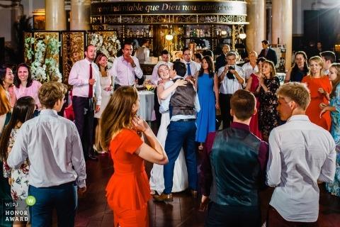 Sint-Petersburgse huwelijksshoot met een paar dansen op overvolle dansvloer met gasten
