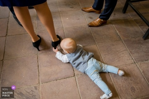 Wedding pictures of baby boy plaing with high heels by Zuid Holland photographer