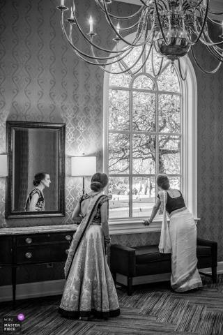 Detroit Braut, die das Fenster vor ihrer Hochzeit betrachtet