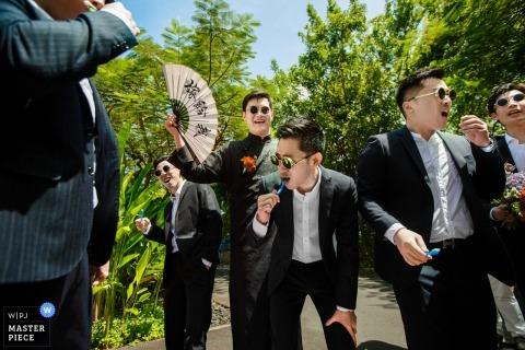 Ślubna sesja miasta Hangzhou z facetami bawiącymi się