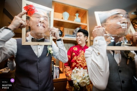 Hangzhou City wedding photo of the guys having fun at home | China wedding photography