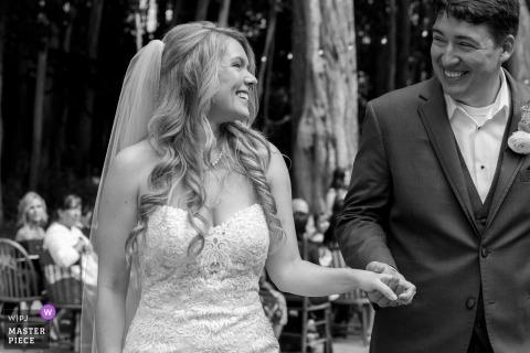 bruid en bruidegom gloeien na de ceremonie in Mendocino van de de lenteboerderij