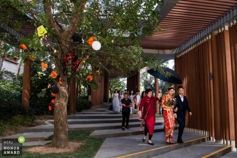 與廣東夫婦的婚禮射擊走在傘下在陽光下