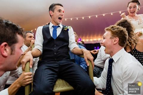 Trenton, Maine Hochzeitsfotografie eines Paares für den Horah-Tanz
