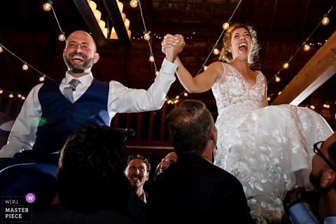 Narzeczeni są wychowywani do tańca Horah w ich recepcji Linekin Bay Resort Boothbay Harbour Maine