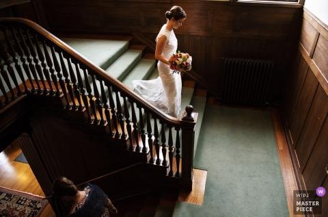 Kanton, masowy fotograf ślubny przedstawia pannę młodą schodzącą po schodach przed ceremonią