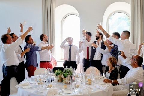 Trinkspiele während der Hochzeitsfeier Vater des Bräutigams in trinkende Spiele während des Hochzeitsempfangs von Savona