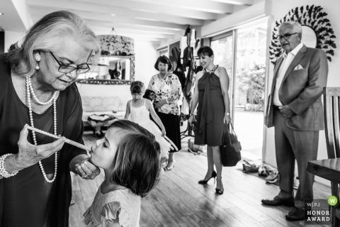 Trouwfotojournalistiek in Biarritz, Frankrijk - Klaar om trouwfoto te maken van kind dat medicijn krijgt