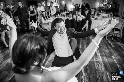 San Francisco, Ca Hochzeitsempfangsphotographie des Bräutigams und der Braut auf der Tanzfläche
