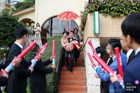 Wedding picture of groom carrying bride down stairs by Guangdong wedding photographer