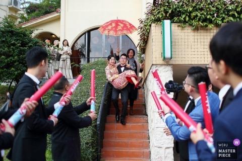 Ślubny obrazek fornala przewożenia panny młodej puszek schodki Guangdong ślubnym fotografem