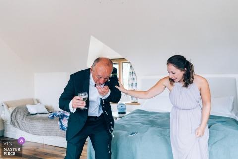 Padre della sposa che soffoca champagne dopo aver visto la sposa nel suo vestito Matrimonio di Euridge Manor | The Lost Orangery, Euridge Manor, Wiltshire Regno Unito