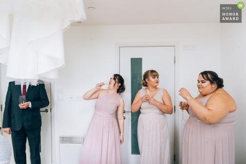 Spittleborough Farmhouse, Wootton Bassett Reino Unido foto de boda | Momento divertido y sincero durante la preparación nupcial con las damas de honor y el padre de la novia
