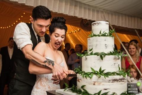 Gekreuztes Schlüssel-Gasthaus, New Jersey-Hochzeitsfotojournalismusbild eines Paares, das ihren Kuchen schneidet