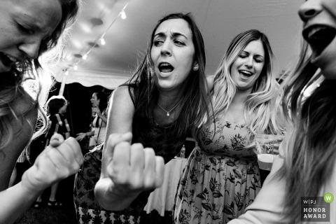 Manchester, ME documental wedding photo - Amigos y familiares bailan en una boda junto al lago en Maine