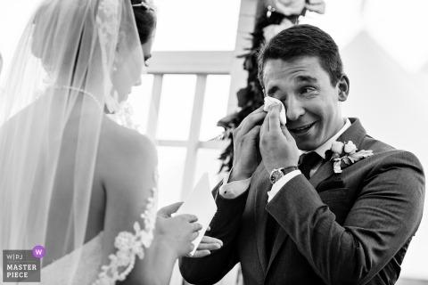 Een bruidegom huilt tijdens zijn midcoast bruiloft in Maine Mount Desert Island, Maine