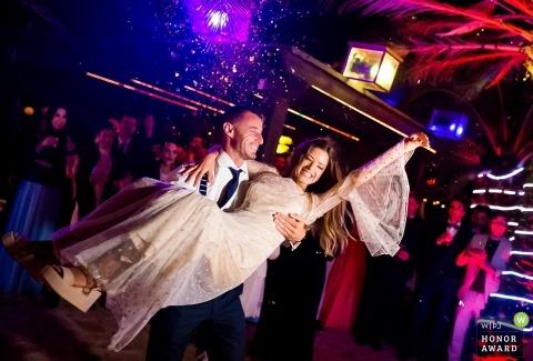 Séance de mariage à Murcie avec un couple lors de la réception pendant la fête